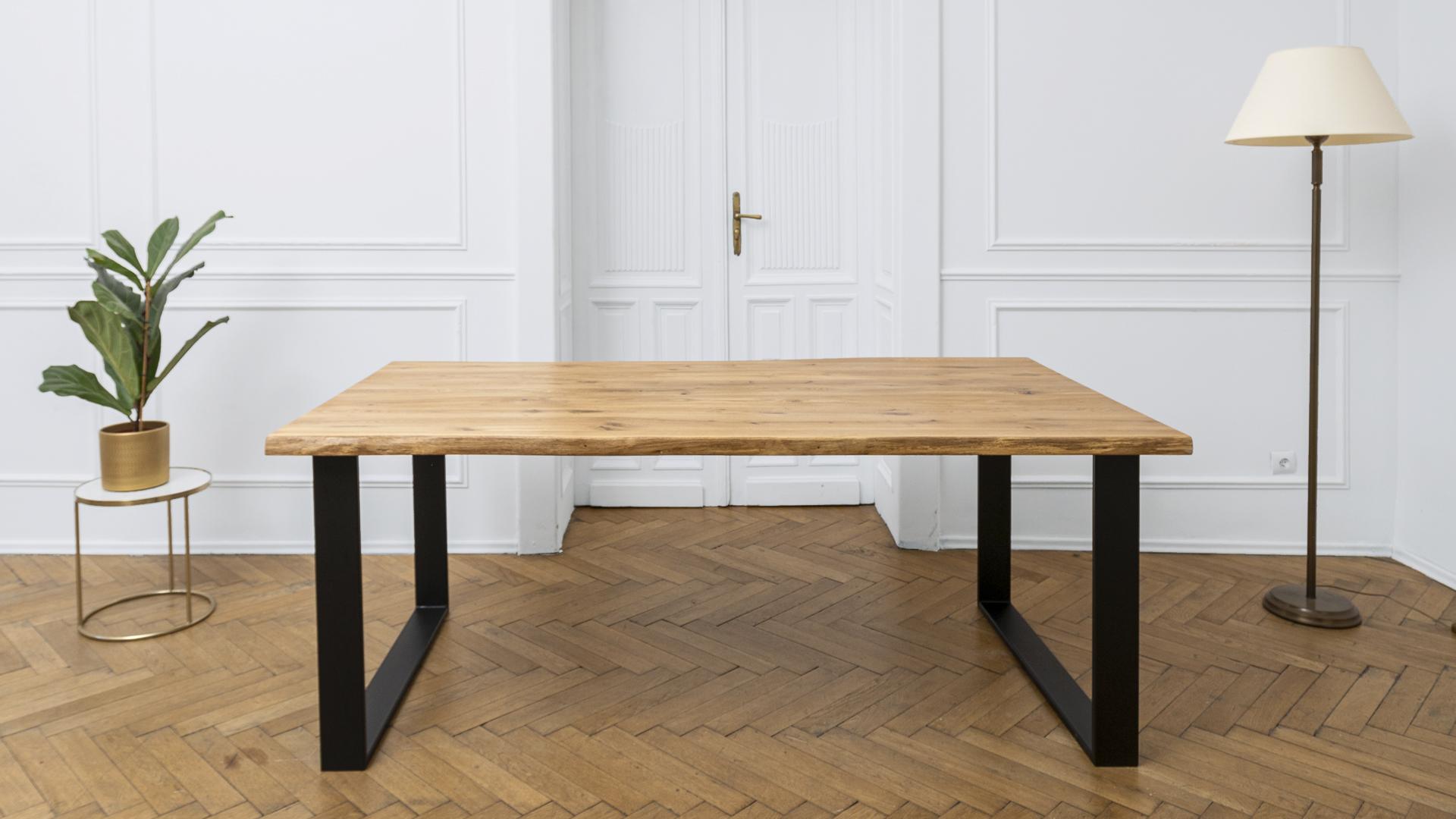 Stół z metalowymi nogami industrialny