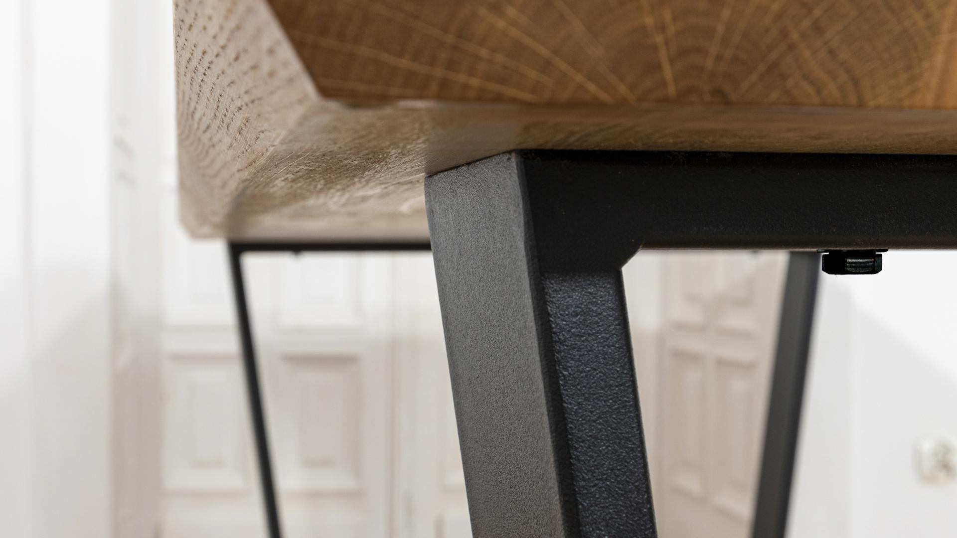 loftowy stół z metalowymi nogami