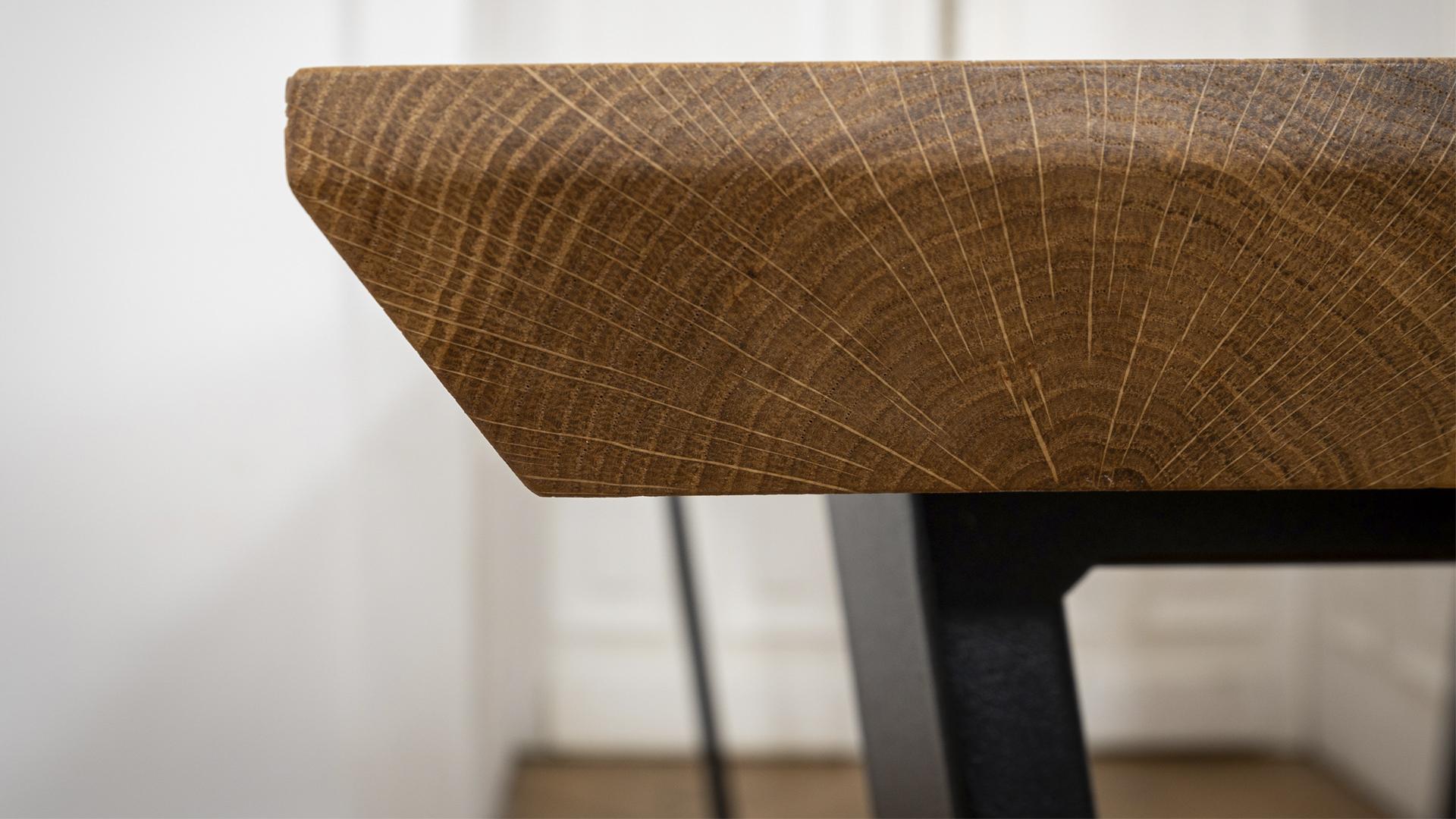 Stół industrialny połączenie stalowych nóg i drewnianego blatu