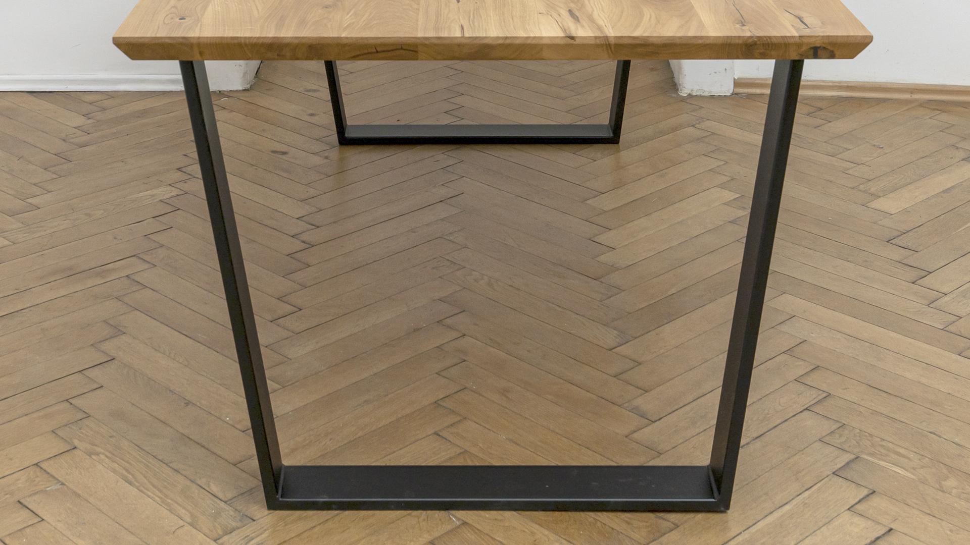 Stół z nogami z metalu