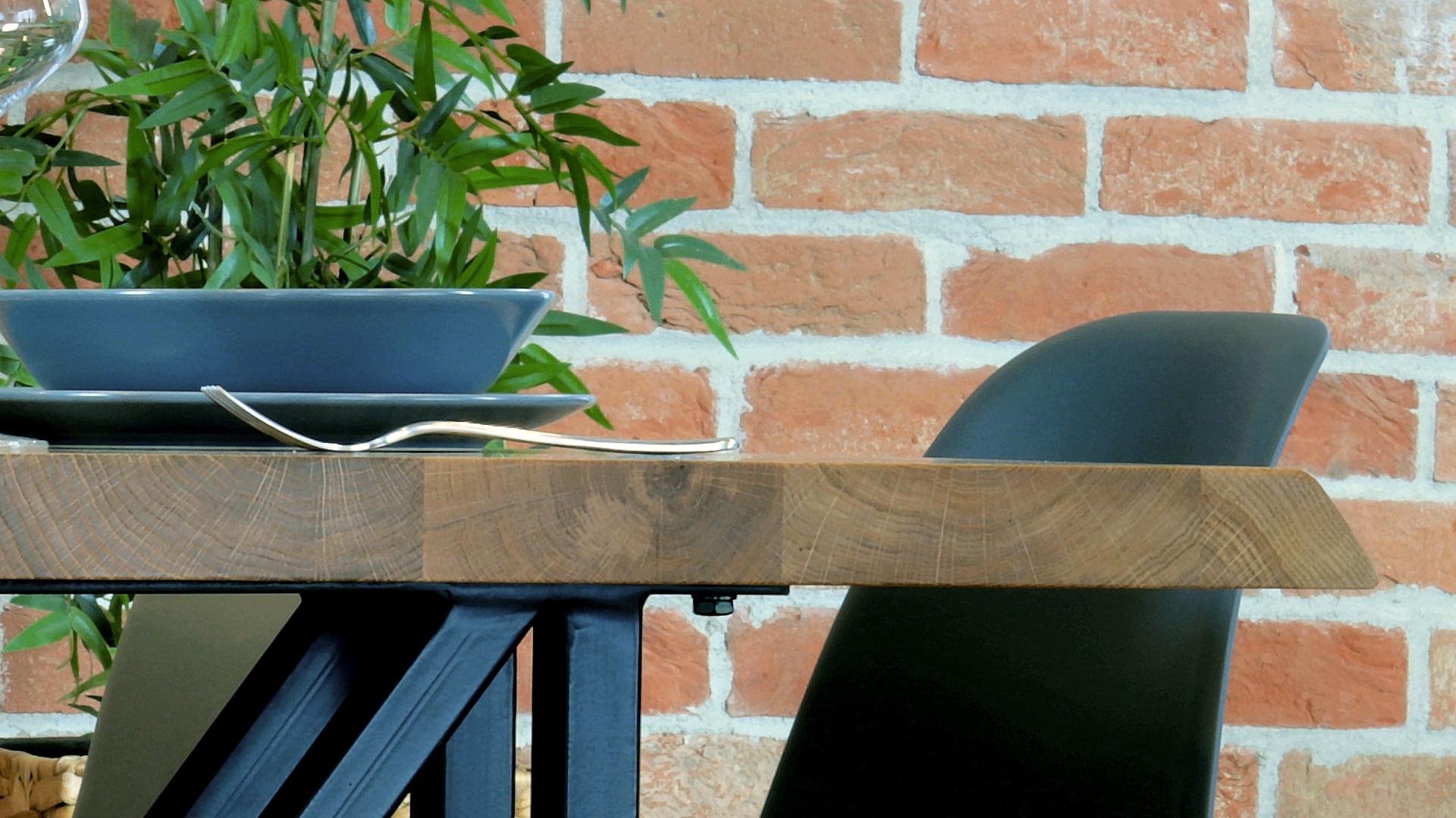 Loftowy stół z dębowym blatem