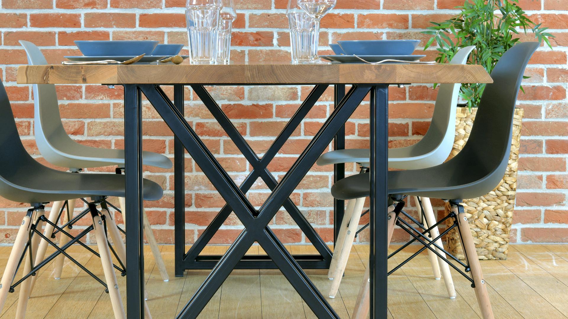 Loftowy stół drewniany z metalowymi ngami