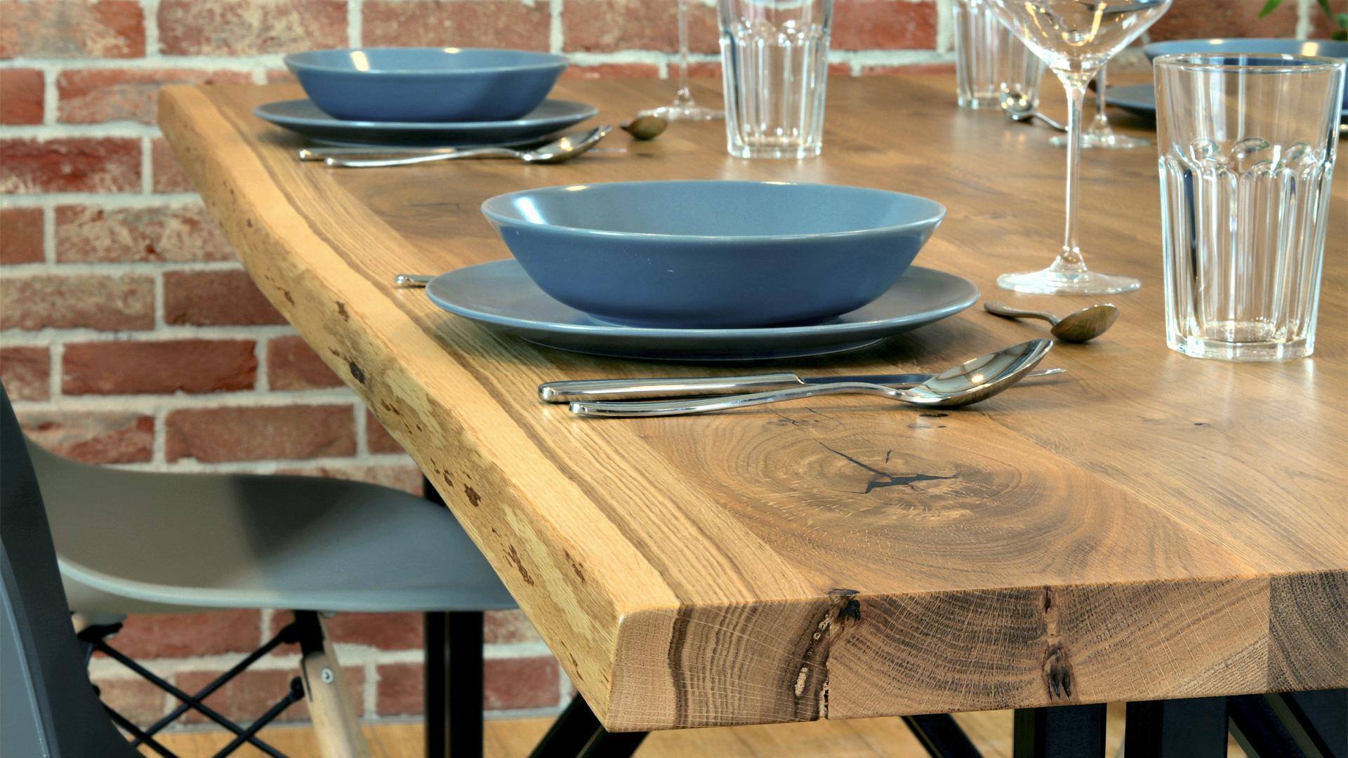 Loftowy stół z drewnianym blatem