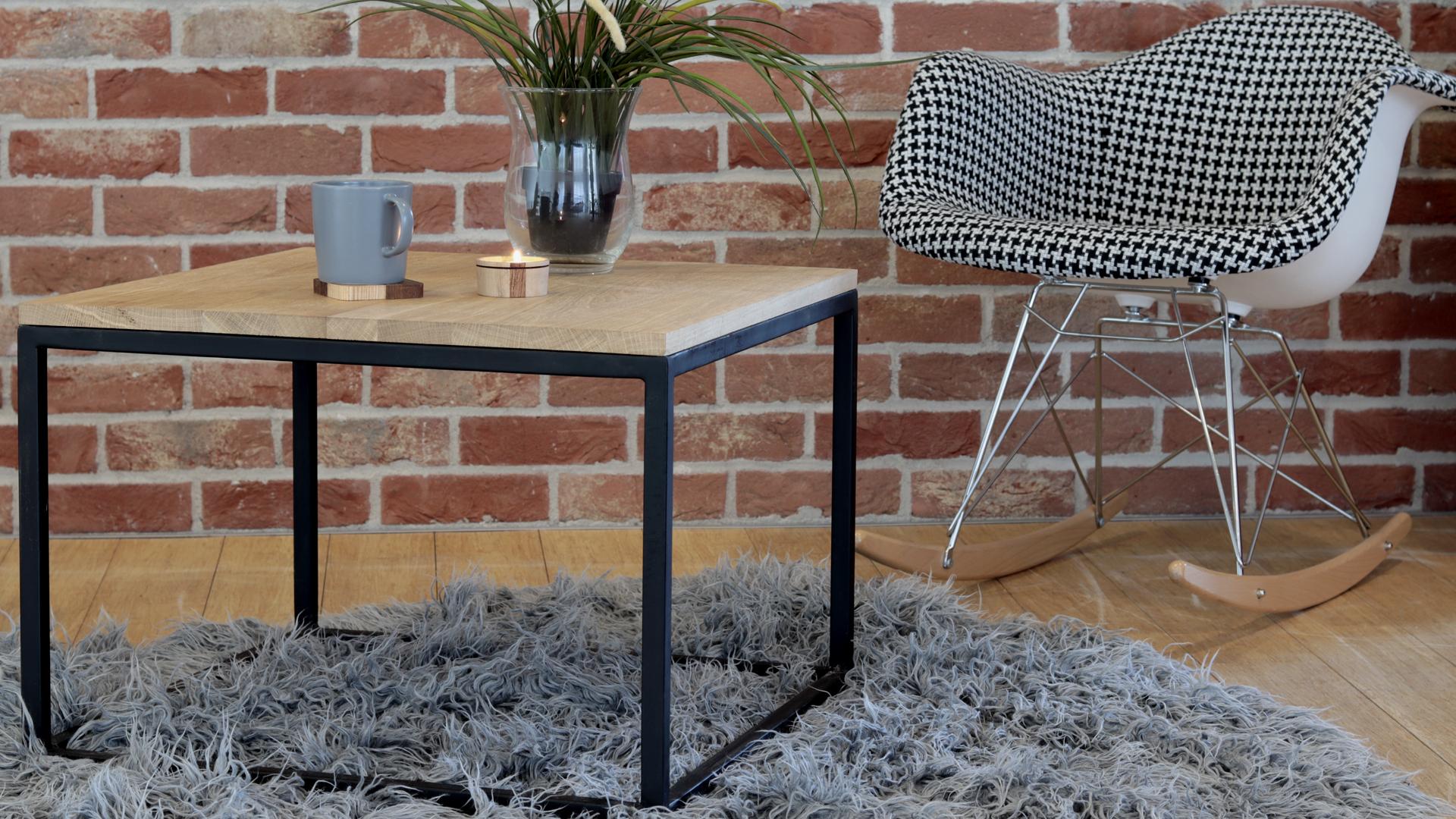 Industrialny stolik z metalowymi nogami