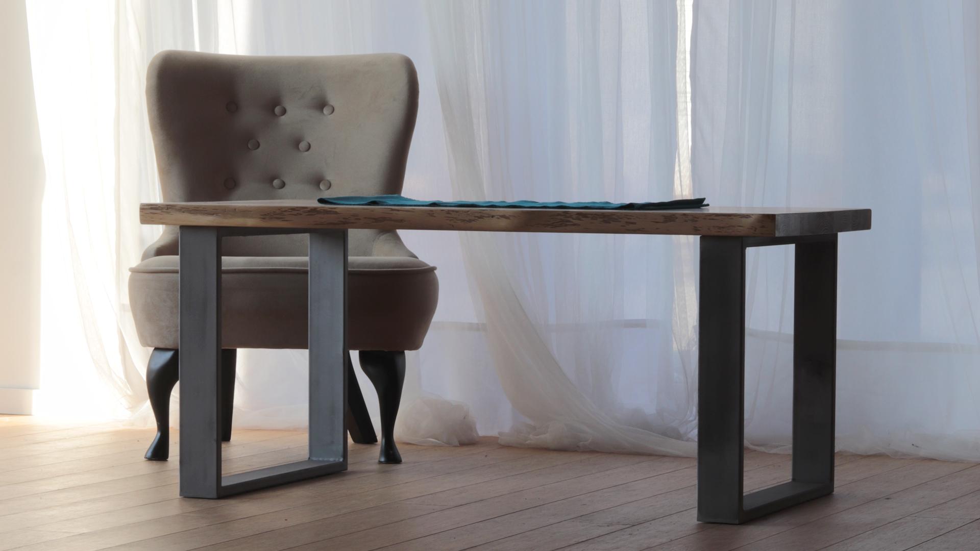 Kawowy stół z metalowymi nogami