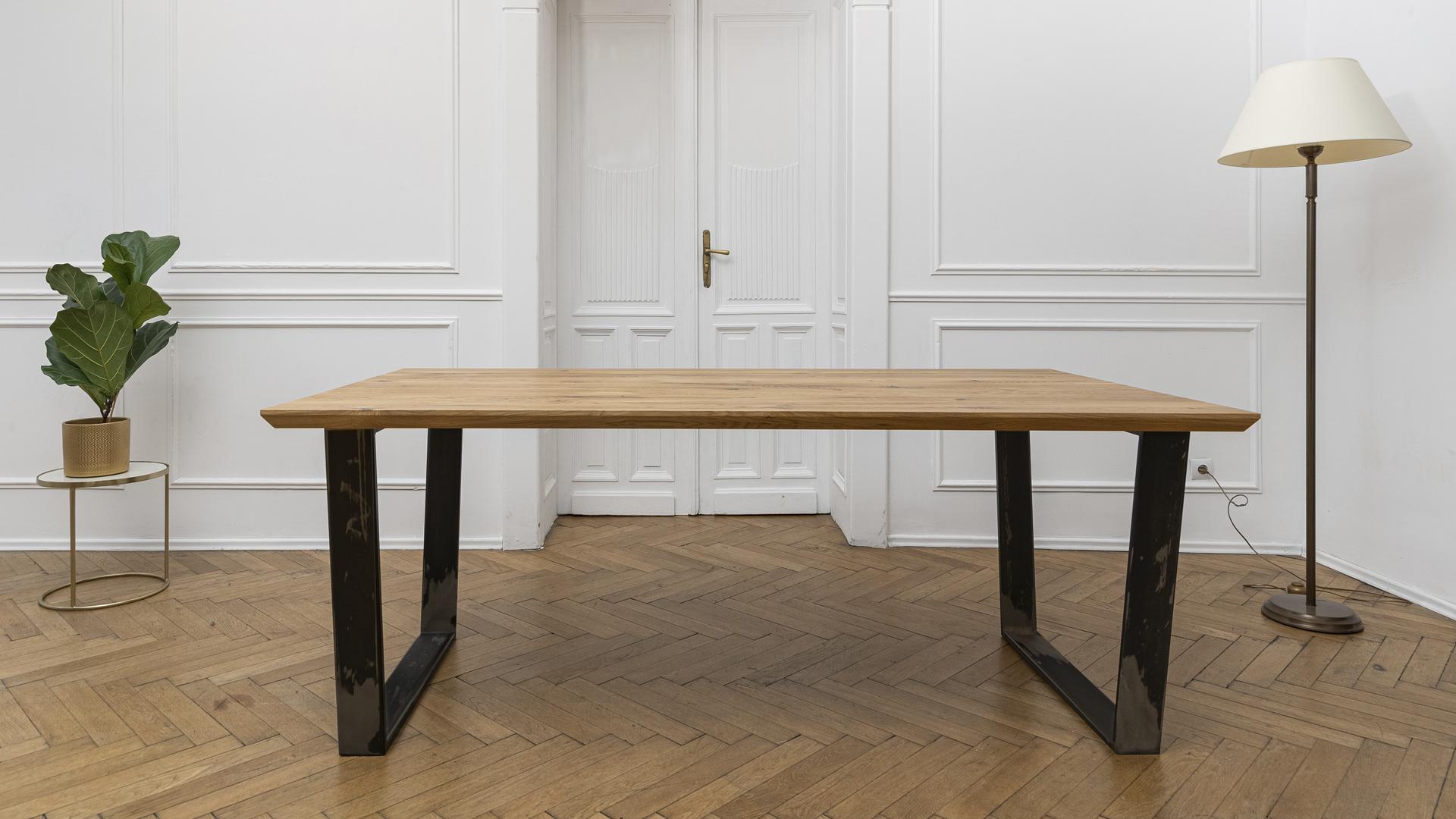 Stół z nogami metalowymi w kolorze naturalnej stali
