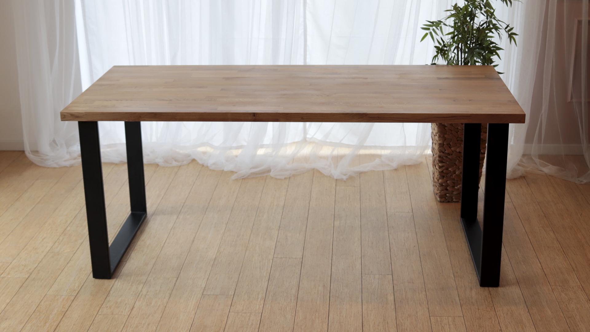 Stół z metalowymi nogami