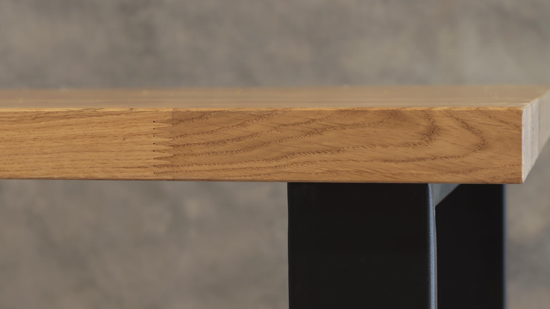 Stół z nogami metalowymi