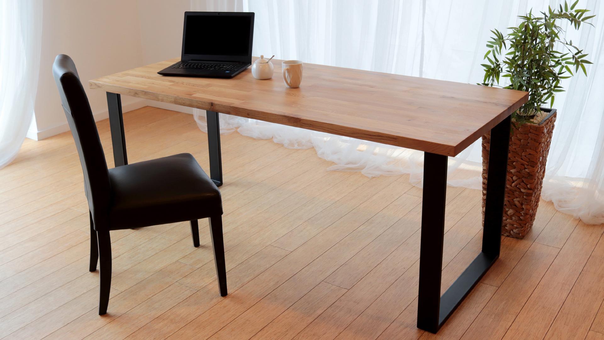 Stół z czarnymi nogami