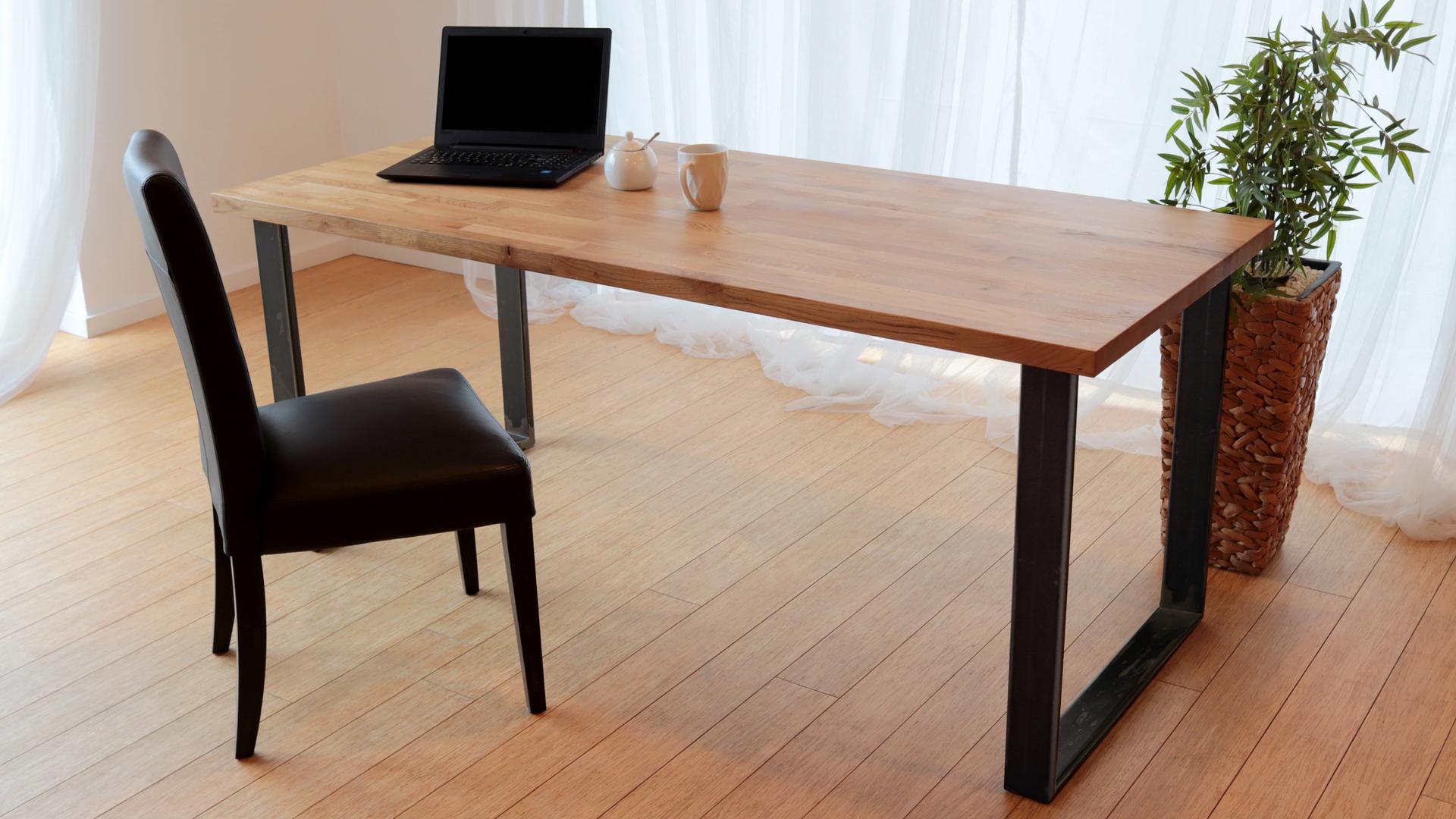 Stół z nogami w kolorze naturalnej stali