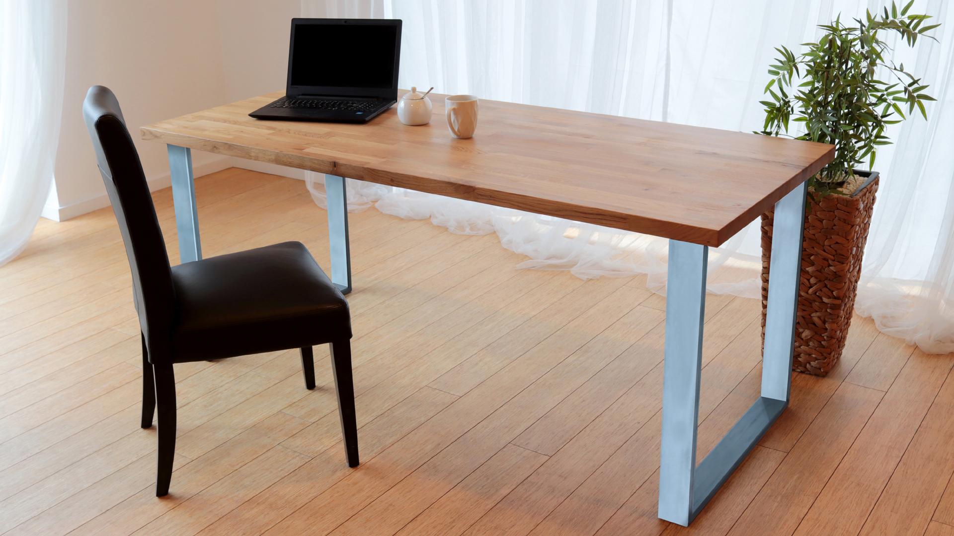 Stół z metalowymi nogami w kolorze szarym