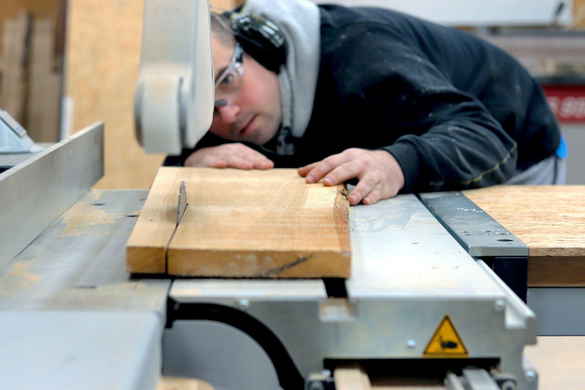 Produkujemy dębowe stoły loftowe, blaty drewniane do kuchni i łazienki, a nawet nowoczesne drewniane schody na beton.