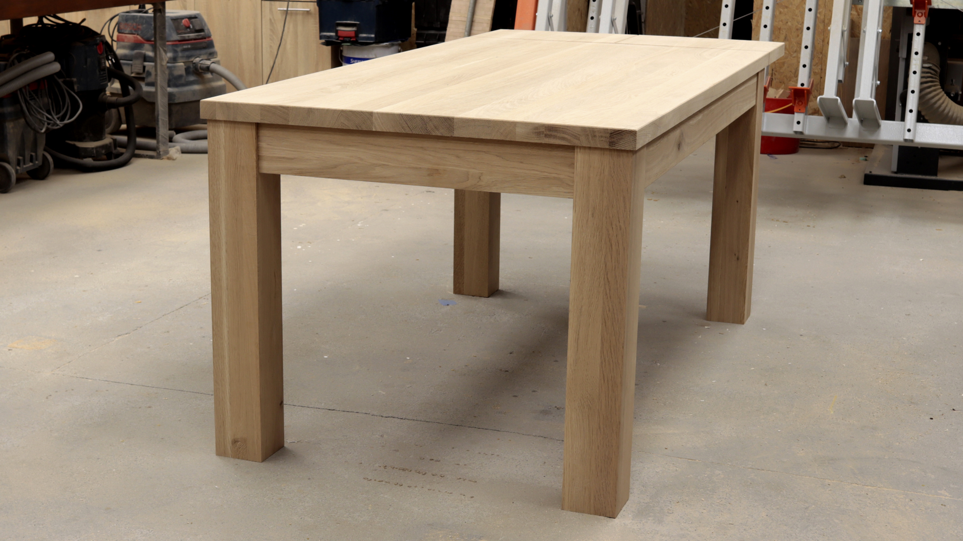 Stół z drewnianymi nogami