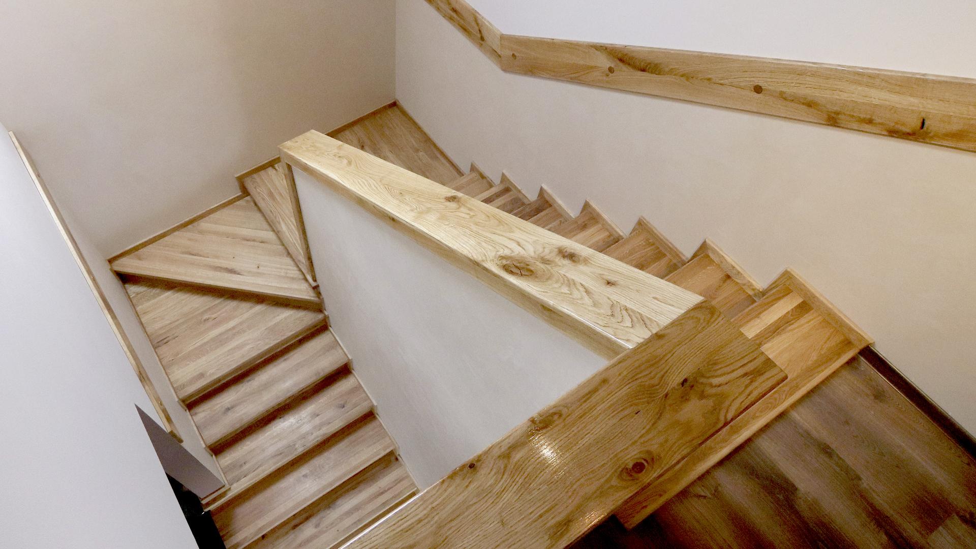 drewniane stopnie na schody